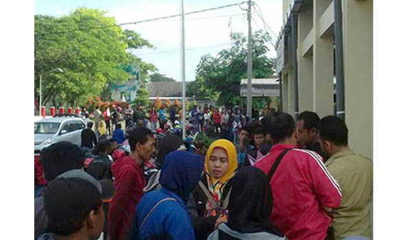 Ratusan warga yang memadati kantor Dispendukcapil Kabupaten Blitar untuk mengurus E-KTP.