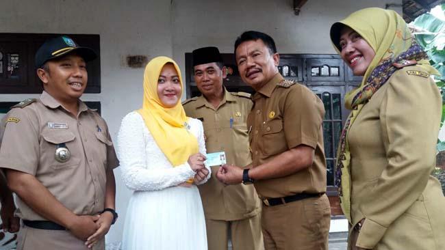Bupati Jombang Usai Bagikan e-KTP, Resmikan Kantor Kecamatan