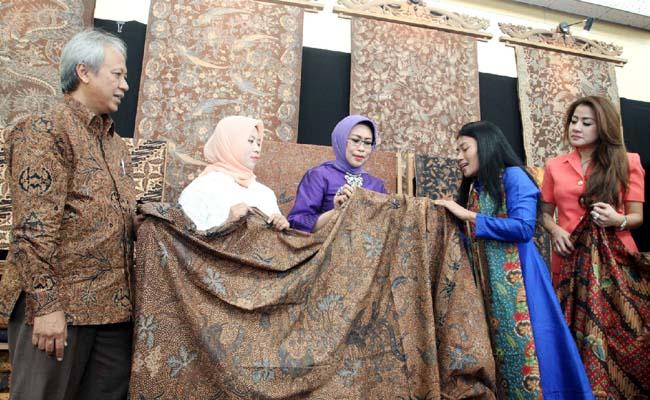 Fatma Saifullah Yusuf Buka Pameran Batik Fashion Fair 2017