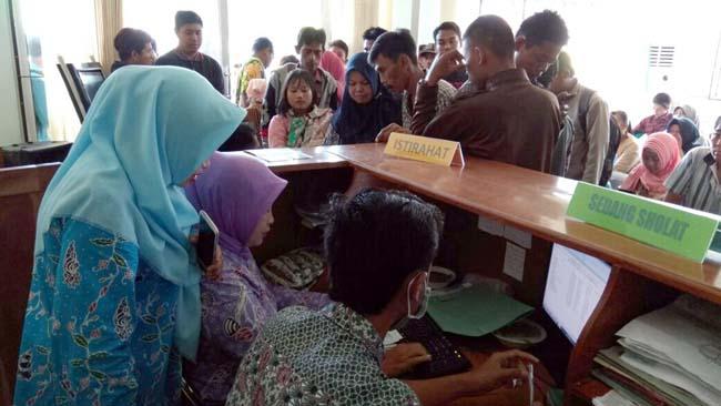 Musim Liburan SLTA, Dispendukcapil Situbondo Dibanjiri Pelajar untuk Merekam E-KTP