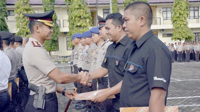 Kapolres Situbondo Memberikan Reward Kepada 21 Anggota