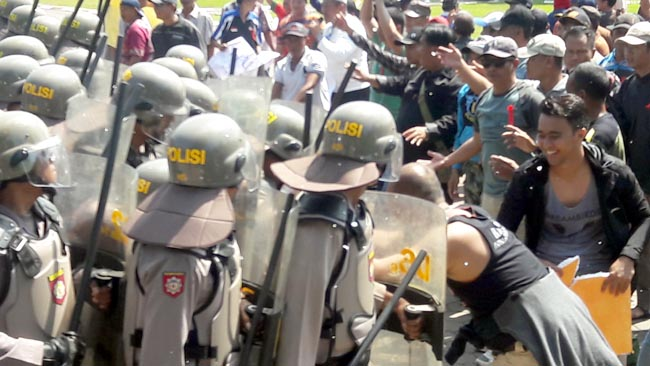 Ratusan Polisi Bentrok dengan Massa Pendukung Cagub di Alun-Alun Sidoarjo