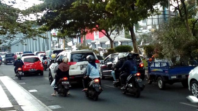 Jalan Soekarno-Hatta Kota Malang salah satu titik kemacetan di Kota Malang ( man )