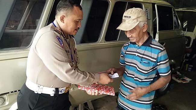 Kegiatan Delivery SIM oleh anggota Polres Tulungagung