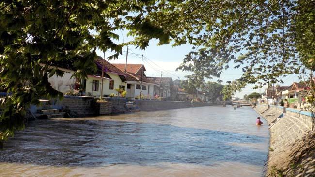 Bau Amis di Sungai Lingkungan DAM, Disebabkan Berbagai Macam Kotoran