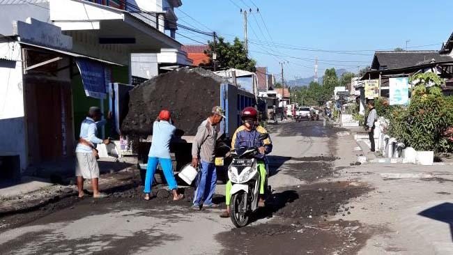 Pasca Ditutup Warga, Jalan Jugosari-Jarit di Perbaiki oleh Pengusaha Tambang