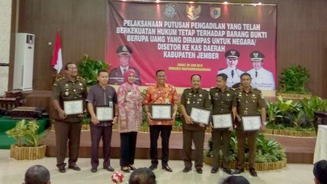 6 Anggota JPU Kejari Jember Terima Penghargaan Bupati