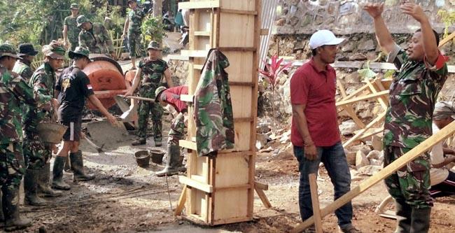 Komandan SSK TMMD Kodim 0815 Mojokerto didampingi Kades Desa Jembul