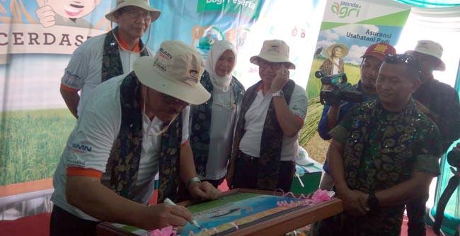 Dirut Pembiayaan Menteri Pertanian, Sri Kuntarsih saat menandatangani prasasti program cerdastani, di Desa Senori, Kecamatan Merakurak, Tuban, Jatim,
