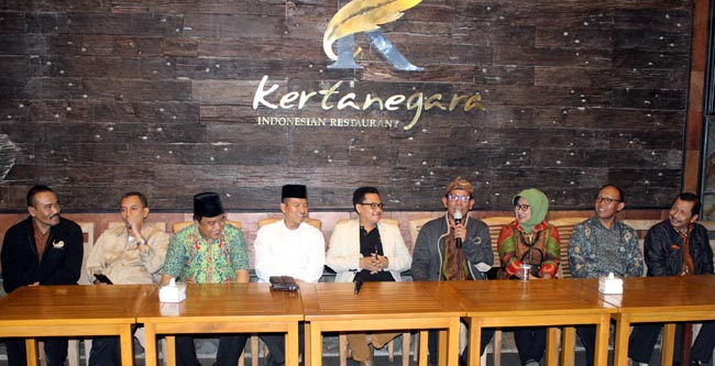 Bersama para undangan tokoh masyarakat, yakni Erik (UB), Husnun Djuraid (media), Khoirul (Dewan), Nurul Yakin (Dandim), Sutiaji (Plt Walikota), Bambang Irianto dan istri, Maskuri (Rektor Unisma) Agus (Kepala DLH). (rhd)