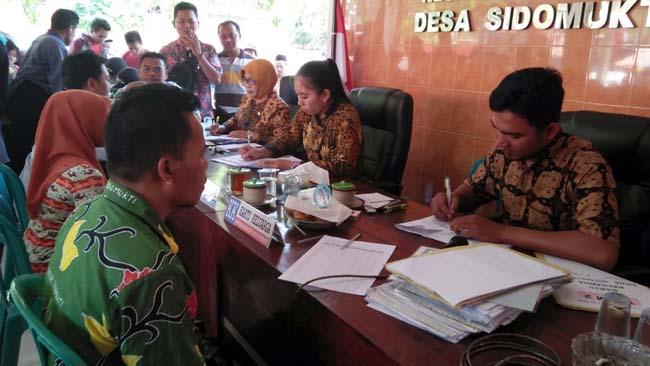 Ratusan Warga Desa Sidomukti Rekam KTP di Kantor Desa