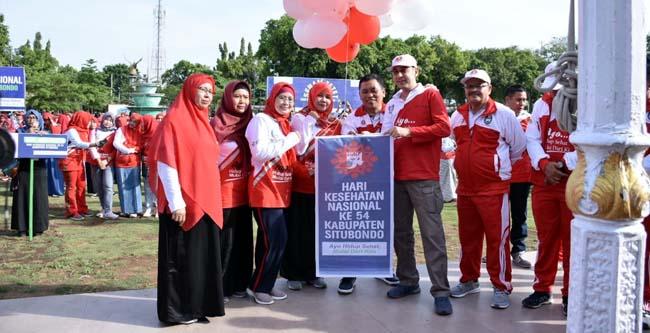 LOMBA HKN: Bupati H.Dadang Wigiarto,SH menyerahkan penghargaan kepada pemenang lomba, pagi kemarin (im)