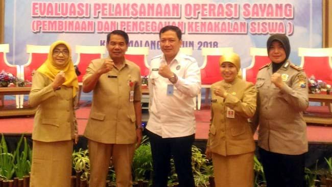 Kepala Dinas Pendidikan Kota Malang Dra Zubaidah MM, bersama para narasumber. (ist)