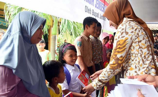 Bupati Jember Salurkan Bantuan Korban Banjir di Kencong - Jember