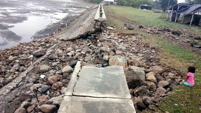 Tangkis Laut di Desa Peleyan Panarukan Ambrol