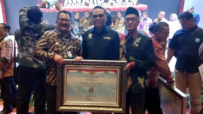 Menpan RB diapit Bupati dan Wabup Bondowoso Di hotel Golden Tulip Banjarmasin sambbil memegang penghargaan SAKIP (foto ifa)