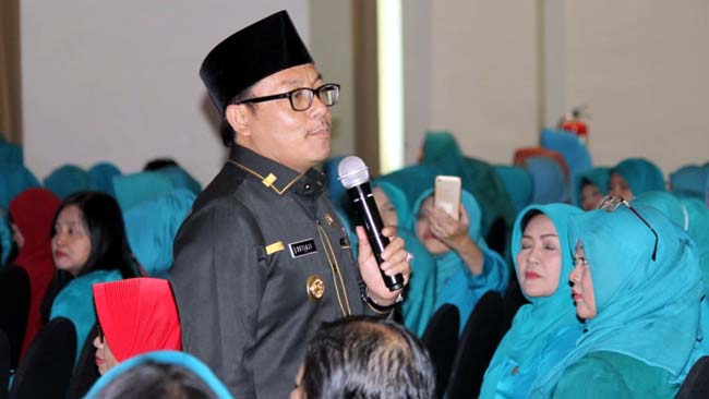 Walikota Malang Sutiaji, mengedukasi pentingnya pajak kepada kader dan pengurus PKK se-Kota Malang. (rhd)