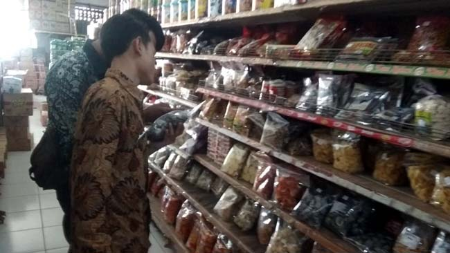 Jelang Ramadhan, Petugas Sidak Mamin Kadaluwarsa di Situbondo