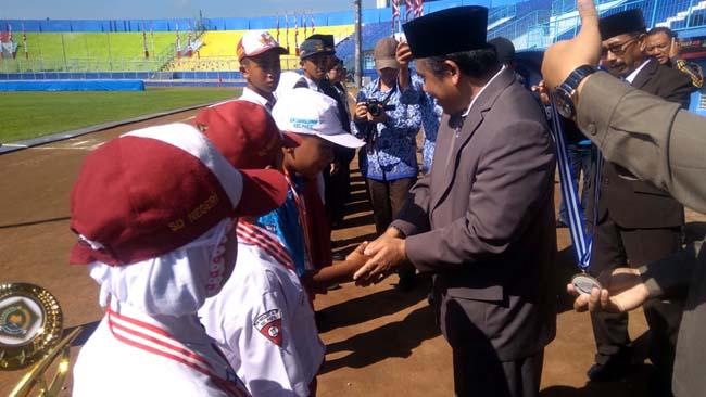 Penyerahan hadiah kepada siswa dan guru Berprestasi. (H Mansyur Usman/Memontum.Com)