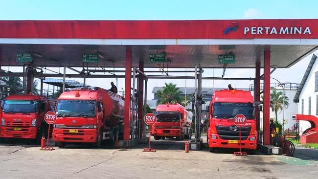 Pengisian tangki truk BBM di Terminal BBM Malang. (rhd)
