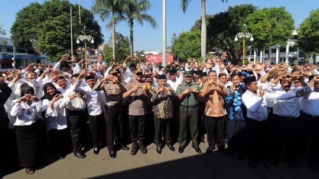 Plt Bupati Malang HM Sanusi saat memimpin Apel Deklarasi Cakades. (Istimewa)