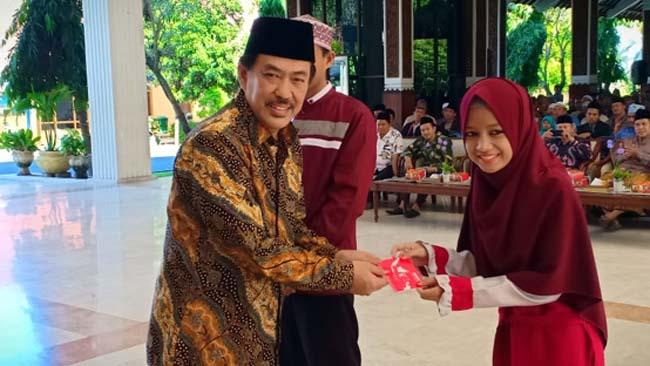 PENYERAHAN - Wabup Sidoarjo, Nur Ahmad Syaifuddin menyerahkan penghargaan kepada 637 hafizh dan hafizhah asal Sidoarjo berupa uang tunai Rp 4 juta per orang di Pendopo Delta Wibawa, Selasa (18/06/2019)