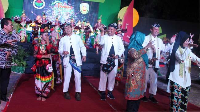 IKUT MENARI: Pejabat dari lintas kementerian menirukan gerakan dari para talent kesenian pada acara pembukaan pranata adat, Sabtu (22/6/2019) malam. (im)