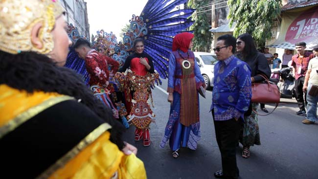Walikota Malang Sutiaji beserta istri, dan Kepala Disbudpar Kota Malang Ida Ayu Wahyuni, mengapresiasi peserta Malang Flower Carnival. (ist)
