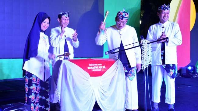 PERDAMAIAN : Aisyah Gamawati, didampingi Hasrul Edyar, dan Bupati H Dadang Wigiarto,SH saat membuka festival di Alun-alun Kota Situbondo. (im)