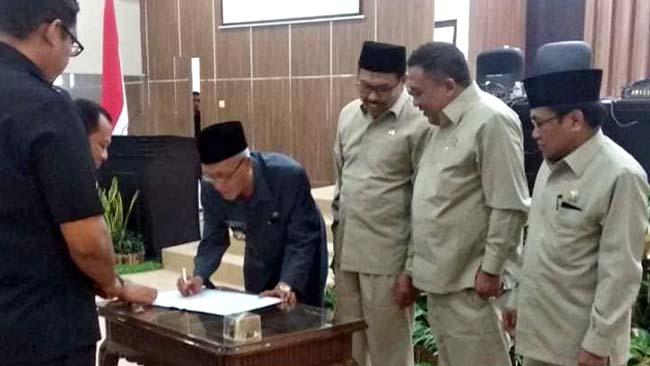 Bupati Salwa Arifin dan pimpinan DPRD Bondowoso menandatangani persetujuan 7 Raperda ditetapkan Perda dalam rapat paripurna DPRD