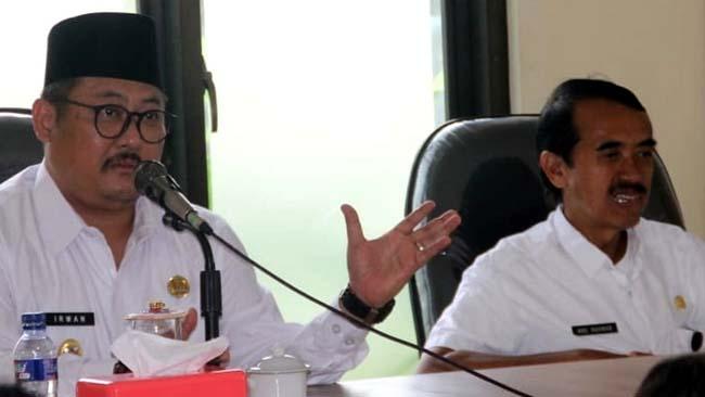Kadis BPMD Bondowoso Abdurahman (kanan) saat mendampingi Wabup Irwan Bachtiar Rahmat dalam suatu kegiatan kerja