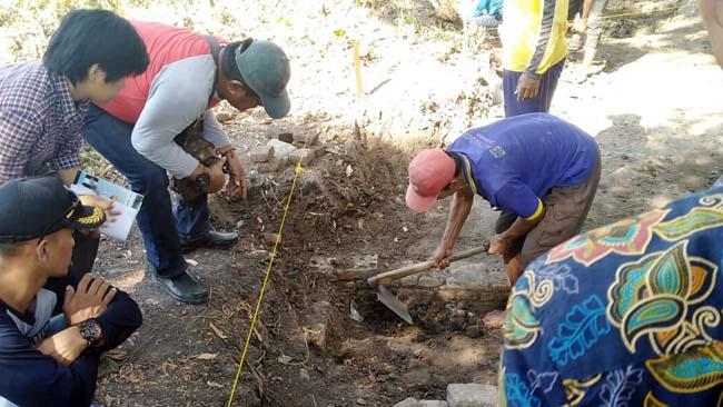 EKSKAVASI - Tim BPCB Trowulan, Mojokerto mengekskavasi temuan situs di Desa Watesari, Kecamatan Balongbendo, Sidoarjo, Selasa (16/07/2019)