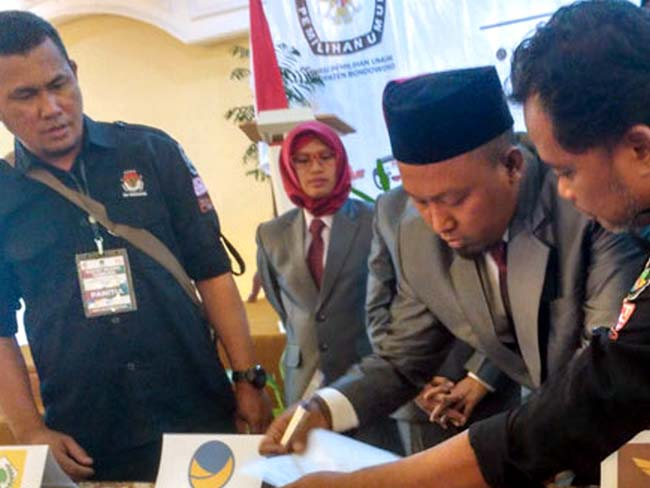 DITETAPKAN: Komisioner KPU Bondowoso menandatangani berita acara penetapan anggota baru DPRD Bondowoso dan parpol peraih kursi DPRD hasil Pemilu 2019