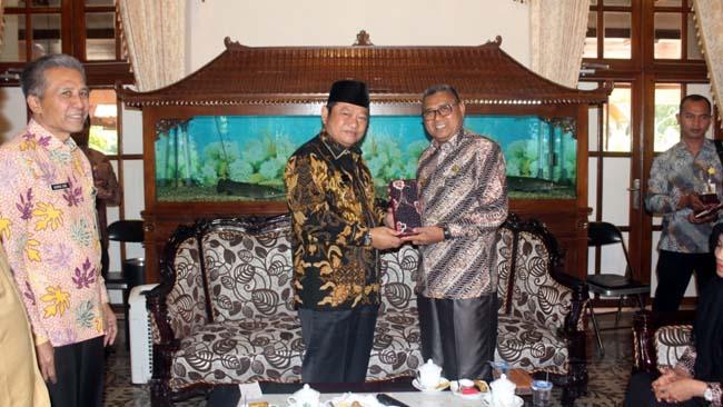 KUNJUNGAN - Bupati Sidoarjo, Saiful Ilah menerima kunjungan Bupati Simeulue Provinsi Aceh, Erli Hasim yang belajar pelayanan publik ke Pemkab Sidoarjo di Pendopo Delta Wibawa, Selasa, (23/07/2019)
