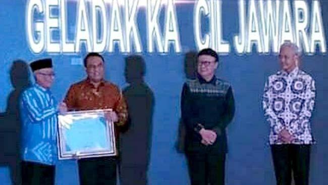 PENGHARGAAN NASIONAL: Bupati Bondowoso KH.Salwa Arifin menerima piagam penghargaan TOP 99 Inovasi Pelayanan Publik 2019 dari MenPAN-RB RI, Syafruddin di Semarang, Jawa Tengah