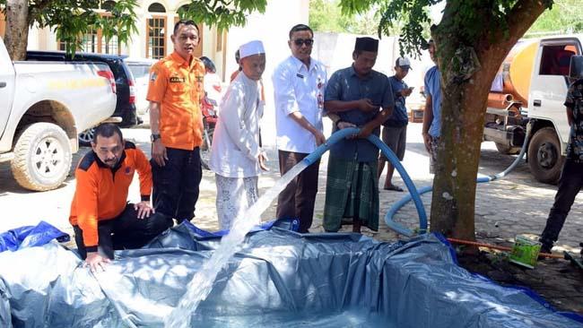 TURUN : BPBD Provinsi Timur bersama BPBD Kabupaten Sampang saat melakukan droping air di Desa Blu'uran Kecamatan Karang Penang (Instagram BPBD Sampang). (zyn)