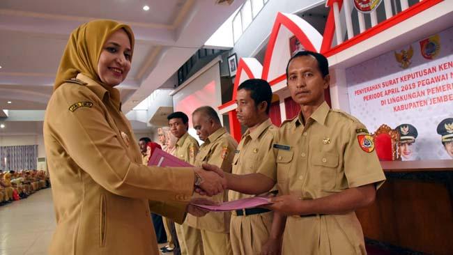 SENYUMAN : Bupati Jember dr Faida, MMR serahkan 1269 SK kenaikan pangkat di Aula PB Sudirman. (ist)