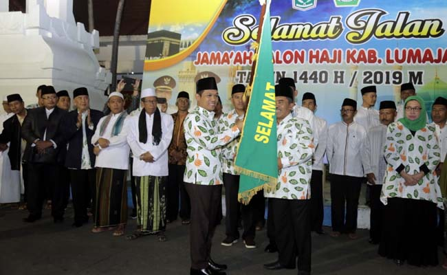 Calon Jama'ah Haji Lumajang Berangkat Menuju Asrama Haji Sukolilo