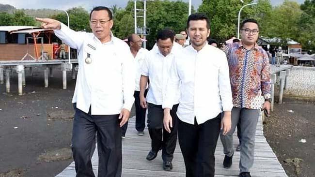 TAMU ISTIMEWA: Bupati H.Dadang Wigiarto,SH menyambut Wagub Emil Dardak di depan Kantor Pemkab Situbondo. (im)