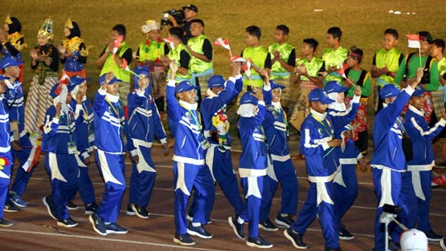 BARIS : Kontingen Sampang saat mengikuti Opening Ceremony Porprov Jatim. (ist)