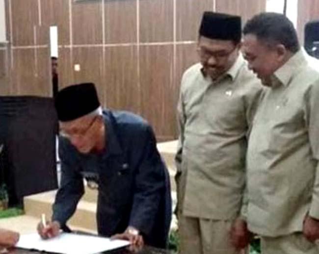 H. Tohari (kopiah) Ketua DPRD Bondowoso menyaksikan Bupati KH. Salwa Arifin melakukan tanda tangan