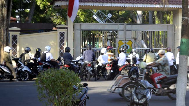 KEBIASAAN BURUK: Banyak ASN Pemkab Bondowoso terlambat masuk kantor, masih menjadi pemandangan rutin masyarakat. (ido)