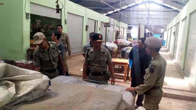 DIANGKUT: Petugas Satpol PP Pemkab Situbondo membongkar lapak-lapak pedagang yang mengganggu akses jalan di pasar Ardirejo (pasar senggol) Situbondo.(im)