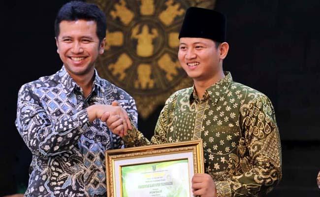 Wakil Gubernur Jatim Emil Elistianto Dardak menyerahkan piagam penghargaan kepada Bupati Trenggalek Mochammad Nur Arifin