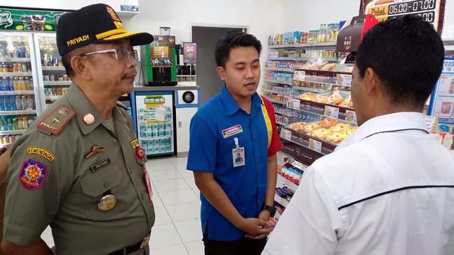 Kasatpol PP Kota Malang Drs Priyadi MM saat memimpin Sidak di Indomaret. (ist)