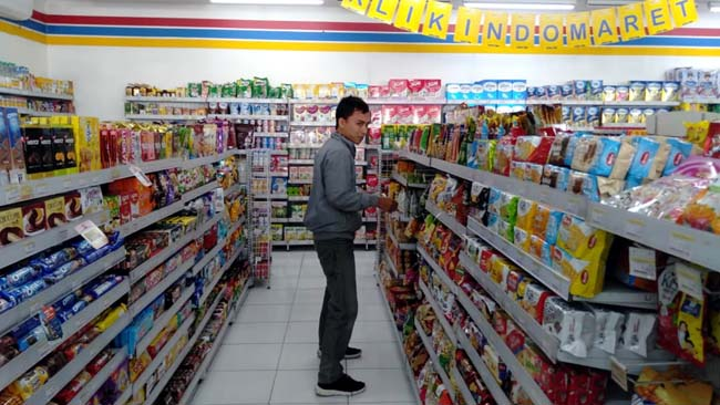 BELI : Pembeli saat berbelanja di Indomaret. (zyn)