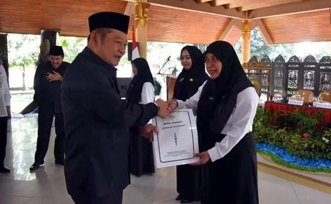 SK PENGANGKATAN - Bupati Sidoarjo, Saiful Ilah memberikan SK Pengangkatan 41 PTT Kemenkes yang diangkat menjadi CPNS Tahun 2019 di Pendopo Delta Wibawa, Jumat (28/06/2019)