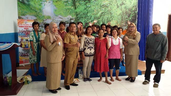 BERSAMA : Prosesi Perekaman KTP-el Para Penderita ODGJ di Balai Desa Pamotan Kecamatan Dampit. (ist)