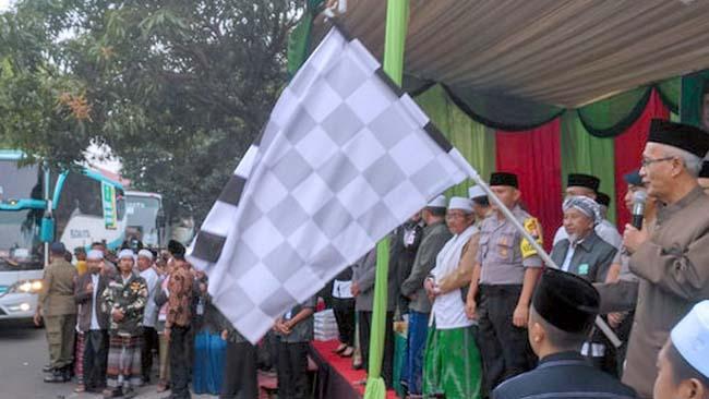 PELEPASAN: Bupati KH. Salwa Arifin melepas keberangkatan 14 bus mengangkut 583 JCH Bondowoso ke Surabaya, Senin pagi (22/7/2019)