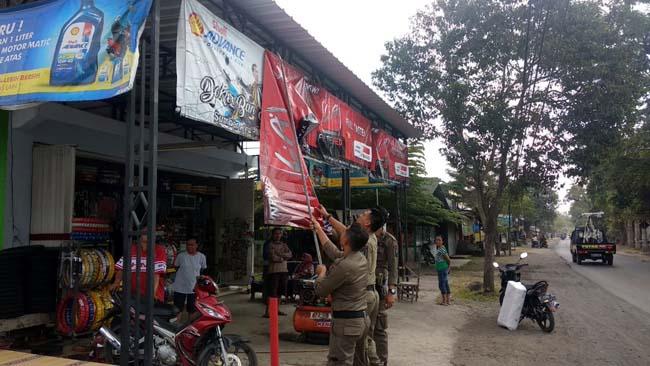 BKO Satpol PP Kecamatan Srono saat melakukan razia Banner yang habis masa berlakunya di wilayah Kecamatan Srono. (tut)
